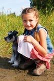 Gullig liten amerikansk flicka med en hennes hund för en gå Royaltyfri Bild