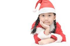 Gullig liten asiatisk flicka i röda den isolerade santa hatten Arkivbilder