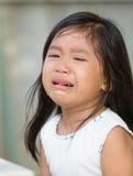 Gullig liten asiatisk flickagråt Arkivfoto
