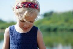 Gullig liten blond flicka med hårmusikbandet, närbild Arkivfoto