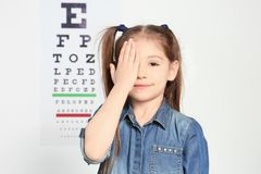 Gullig liten flickaögonläkare royaltyfria foton