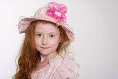 Gullig liten flicka av sex år i en hatt Fotografering för Bildbyråer