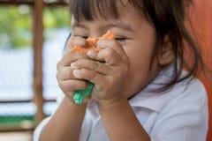 Gullig liten flicka för barn som spelar med lera, lekdoh Fotografering för Bildbyråer