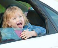Gullig liten flicka 3 gamla år, i bilen Royaltyfria Bilder