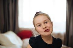 Gullig liten flicka hamming Arkivbild