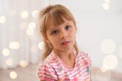 Gullig liten flicka hemma Arkivfoton