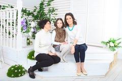 Gullig liten flicka, hennes moder och farmor Arkivbild
