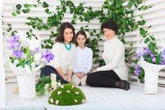 Gullig liten flicka, hennes moder och farmor Royaltyfri Bild