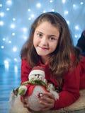 Gullig liten flicka i det nya året arkivfoton