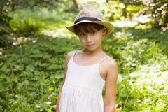Gullig liten flicka i en hatt royaltyfria foton
