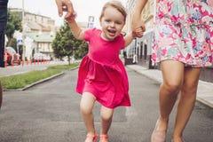 Gullig liten flicka i gatan Royaltyfria Foton