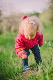 Gullig liten flicka i grönt gräs Royaltyfri Foto