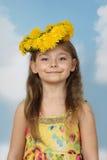 Gullig liten flicka i krans av maskrosor på himmelbakgrund fotografering för bildbyråer