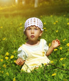 Gullig liten flicka i lekplatsen Royaltyfria Bilder