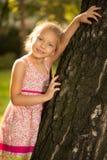 Gullig liten flicka i parkera Fotografering för Bildbyråer