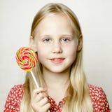 Gullig liten flicka i rött, stående Arkivbild