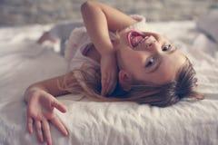 Gullig liten flicka i säng royaltyfri fotografi