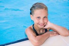 Gullig liten flicka i simbassäng Royaltyfria Foton