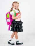 Gullig liten flicka i skolalikformig arkivbilder