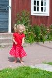 Gullig liten flicka i sommarklänning arkivfoto