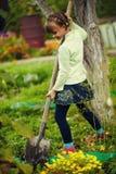 Gullig liten flicka i tr?dg?rden med blommor royaltyfria foton