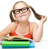 Gullig liten flicka med böcker royaltyfria bilder