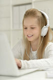 Gullig liten flicka med bärbar dator Royaltyfri Bild