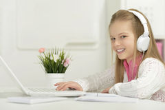 Gullig liten flicka med bärbar dator Arkivbilder
