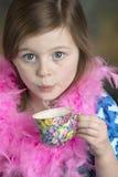 Gullig liten flicka med den blom- tekoppen Royaltyfri Bild