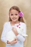 Gullig liten flicka med hennes kanin Royaltyfria Bilder