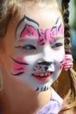Gullig liten flicka med kattmakeup Arkivbilder