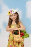 Gullig liten flicka med korgen av grönsaker i händer Arkivfoto