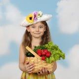 Gullig liten flicka med korgen av grönsaker i händer Royaltyfria Bilder