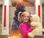Gullig liten flicka med leksakbjörnen Arkivbild