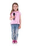 Gullig liten flicka med mikrofonen som isoleras på vit Arkivbilder