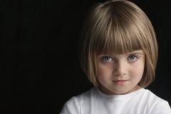 Gullig liten flicka med säker blick royaltyfri bild