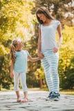 Gullig liten flicka och hennes mamma fotografering för bildbyråer