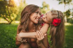 Gullig liten flicka och hennes mamma arkivbilder