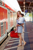 Gullig liten flicka och moder på en järnvägsstation Fotografering för Bildbyråer