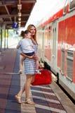Gullig liten flicka och moder på en järnvägsstation Royaltyfria Foton