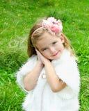 Gullig liten flicka på ängen Arkivfoton