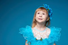 Gullig liten flicka på blå bakgrund Royaltyfri Bild