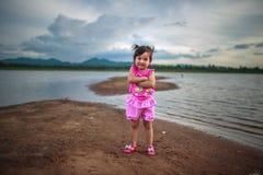 Gullig liten flicka på den härliga sjön Arkivbilder