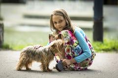 Gullig liten flicka på en gå med hennes vovve Förälskelse Royaltyfri Fotografi