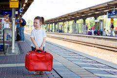 Gullig liten flicka på en järnvägsstation Royaltyfria Foton