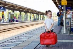 Gullig liten flicka på en järnvägsstation Arkivfoto