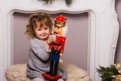 Gullig liten flicka på julbakgrund Royaltyfri Foto