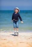 Gullig liten flicka på sandstranden Royaltyfri Bild