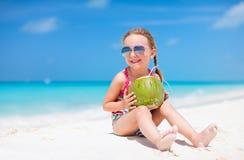 Gullig liten flicka på stranden Royaltyfri Fotografi