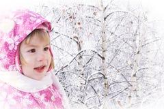 Gullig liten flicka på vinter Arkivfoton